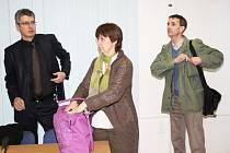 Manželé Čápovi (vpravo) u klatovského soudu