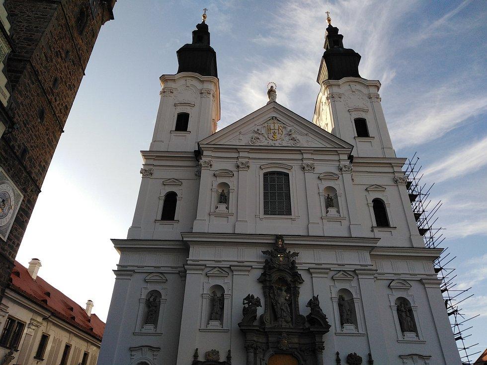 Jezuitský kostel v Klatovech po opravě fasády.
