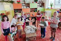 Děti v MŠ Mochtín s dárky.