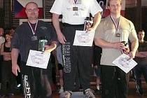 Místo na stříbrném stupínku si při mistrovství Čech v benč〜presu  v kategorii do 110 kilogramů zajistil reprezentant Sokola Klatovy Jiří Doležal  (vlevo), který zdolal  215 kilogramovou činku.