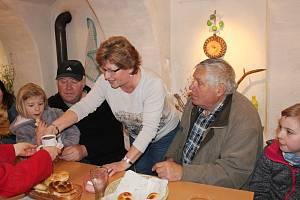 Tradiční pečení chleba a jiných voňavých dobrot mohli vidět návštěvníci o tomto víkendu v Nezdicích na Šumavě.