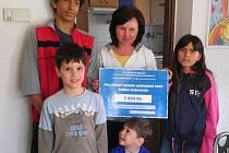 Děti z dětského domova  převzaly šek na 7628 korun.