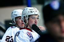 Hokejisté druholigového SHC Klatovy (na archivním snímku hráči v bílých dresech) podlehli v 5. kole jižní skupiny IHC Králové Písek 4:8.