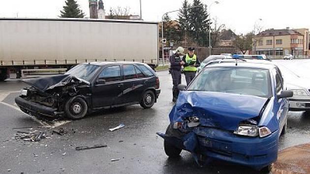 Srážka dvou fiatů na Rybníčkách v Klatovech vážně komplikuje dopravu ve městě. Jeden z řidičů musel být po nehodě ošetřen lékařskou záchrannou službou, jeho zranění ale nejsou vážná.