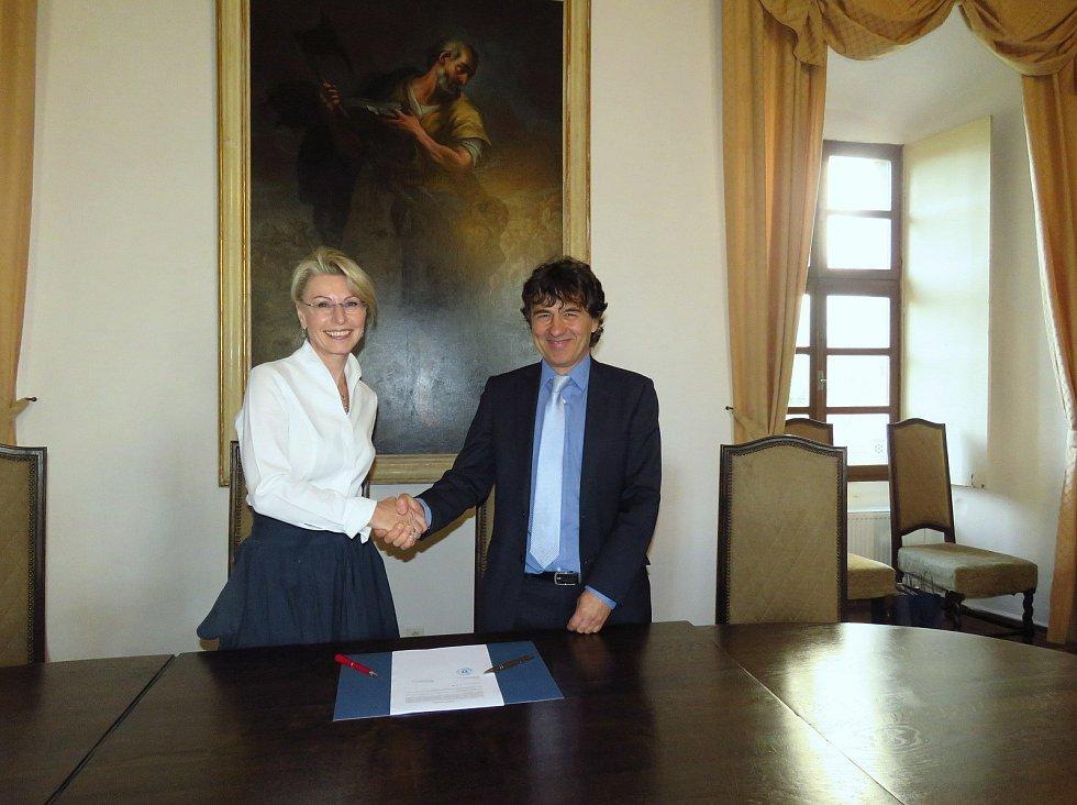 Podpis smlouvy mezi společností SeneCura a městem Horažďovice ohledně výstavby domova pro seniory.