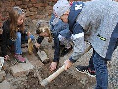 Děti a archeologové na hradě ve Švihově.