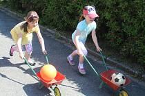Děti si na zahradě školky v Máchově ulici v Klatovech užily zábavné dopoledne.