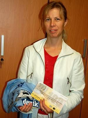 Pro ceny, volnou sázenku Fortuny v hodnotě 100 korun a  tričko,  za vítězství ve dvanáctém kole  letošní  podzimní Fortuna ligy čtenářů  do redakce Klatovského deníku  za výherkyni Elišku Martínkovou z Klatov přišla její maminka Blanka.