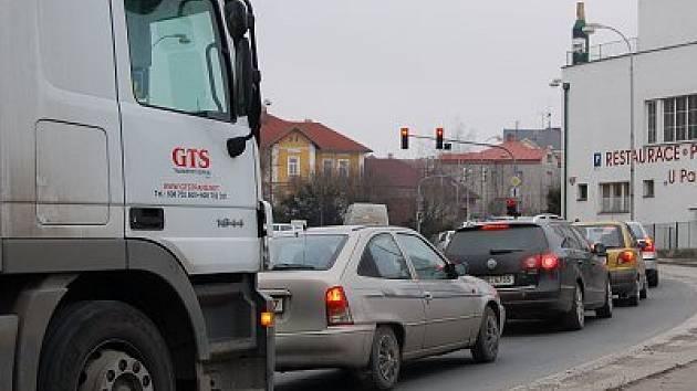 Klatovami denně projede více než dvacet tisíc aut. Snímek je z Tyršovy ulice.