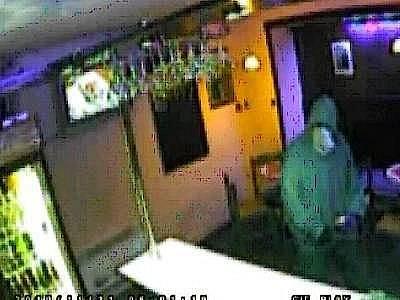 Snímek lupiče z bezpečnostní kamery při jednom z přepadení v Sušici. Pokud ho někdo pozná, ať se obrátí na obvodní oddělení PČR nebo zavolá na linku 158.