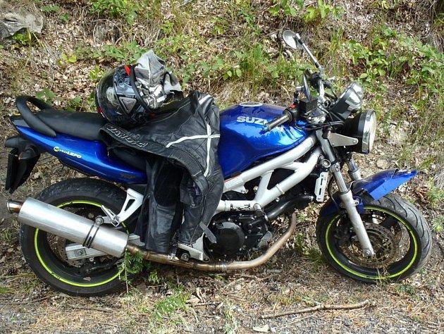 Nehoda motorkáře u Dlouhé Vsi.