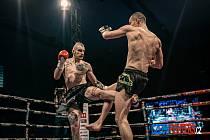 """Nýrský bojovník Daniel """"Vesničan"""" Vítovec (na snímku vlevo v červených boxerských rukavicích) v Praze vyhrál nad urostlým soupeřem z Polska na body."""