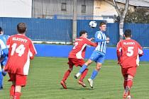 Fotbalisté Klatov do 19 let (na archivním snímku hráči v červených dresech) si doma poradili s Táborskem B 2:1.