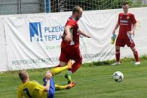 Klatovský Michal Lukeš (na archivním snímku hráč v červeném dresu s míčem) vstřelil Nepomuku šest branek. Jeho tým nakonec soka porazil 10:1.