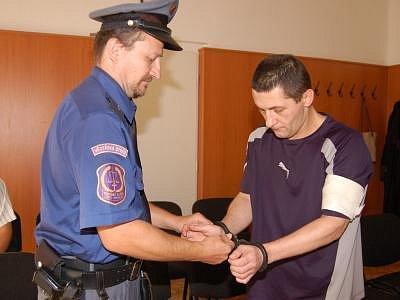 Lecha Józefa Bialika přivezla ke klatovskému soudu eskorta z plzeňské věznice. Brzy bude propuštěn, musí ale vycestovat z republiky.
