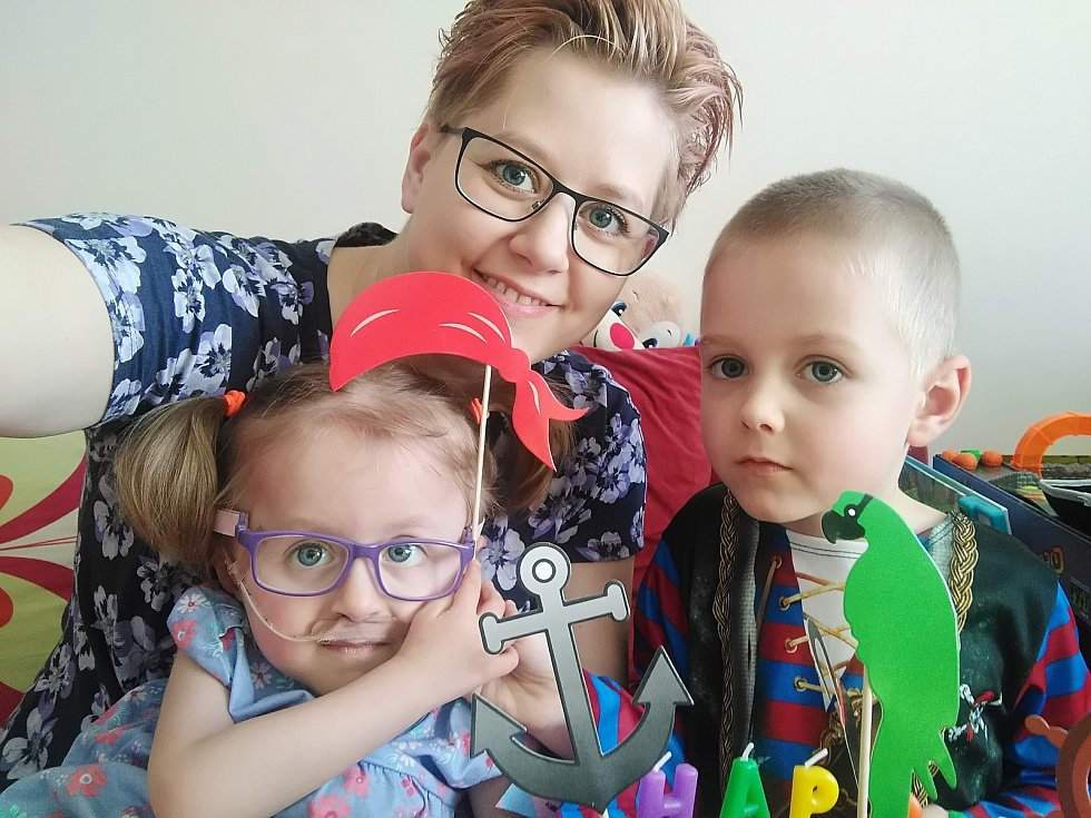 Tříletá Julinka z Plzně potřebuje nepřetržitou péči.