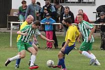 Ve Velkých Hydčicích (na archivním snímku hráči ve žlutých dresech) utkání s nováčkem z Běšin skončilo předčasně už v 65. minutě.
