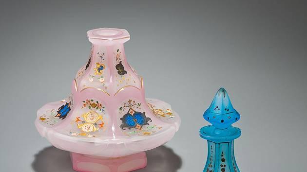 Z výstavy Alabastrové sklo ze Šumavy.
