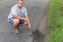 Filip Kratochvíl ukazuje díru, vr které zničil novou pneumatiku