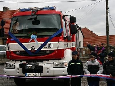 Nové vozidlo plánických hasičů v sobotu posvětil tamní farář Josef Frelich.