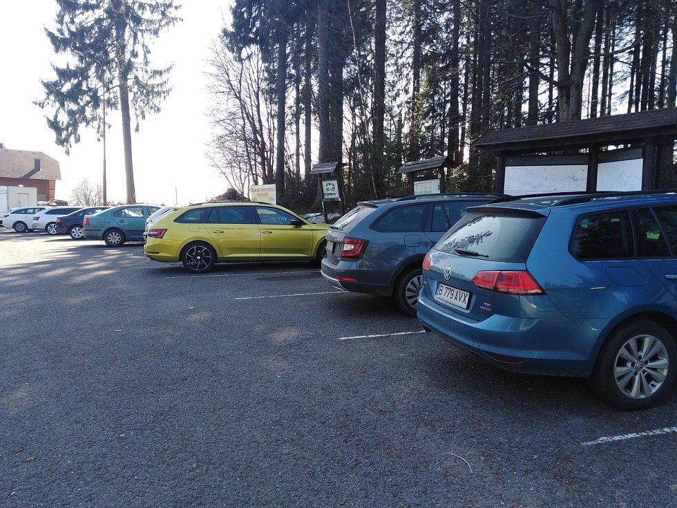 Parkoviště u cesty k Černému jezeru.