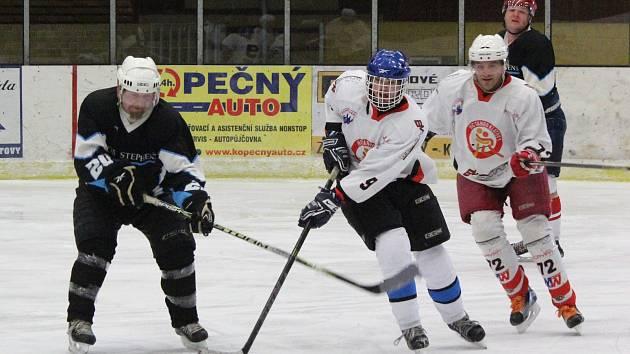Zápas Šumavské ligy amatérského hokeje Tango (bílí) - Poběžovice