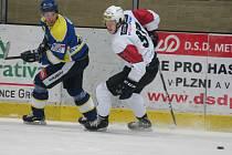 Hokejisté SHC Klatovy (v bílém) v prvním utkání doma podlehli pražské Kobře 0:4.