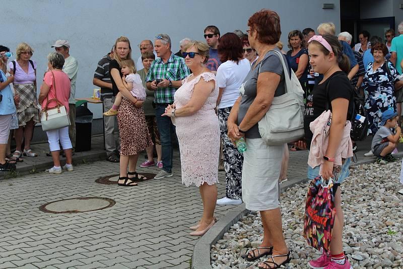 Odhalení sousoší Matky s dítětem v Klatovské nemocnici.
