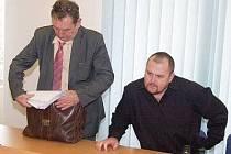 Bývalý policista David Hás (vpravo) mohl být po vynesení rozsudku spokojený, soud ho zprostil obžaloby.