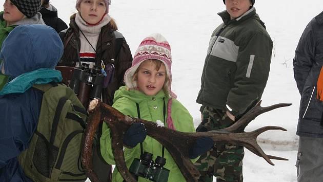 """Děti z přírodovědného kroužku ze Strážova viděly, jak šumavský """"král lesa"""" shodil paroží."""
