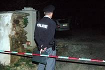 Policisté hlídají v malé vesničce na Klatovsku domek, kde byli v pondělí 6. dubna nalezeni dva mrtví mladí lidé