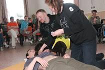 Domov pro osoby se zdravotním postižením v Bystřici navštívili cvičitelé z Pomocných tlapek.