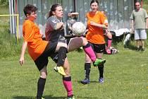 Letní Dívčí amatérská fotbalová liga: Devils Dvorec (v šedivém) - Plánice 4:1.