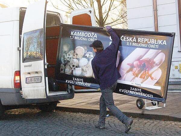 """Akce organizace """"Stop genocidě"""" v Klatovech"""