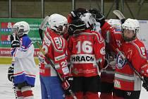 Liga mladších žáků: HC Klatovy (v červeném) - TJ DDM Rokycany 5:4.
