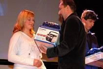 Součástí letošního projektu je také čtenářská anketa, jejíž  vítězkou se vloni stala atletka TJ Klatovy Jana Křížová, které cenu předal šéfredaktor Klatovského deníku Milan Kilián.