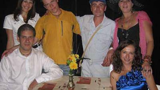 Ochotníci z Újezda s novomanžely