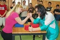 Královskou disciplínou přeborů byla americká páka. Na snímku jsou Petra Kunešová (vpravo) a Kateřina Spurná.
