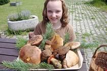 Terezka Toušová s houbami.