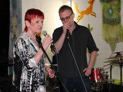 Jazzová zpěvačka Jana Koubková vystoupila v rámci doprovodného programu festivalu Poezie na rynku v Klatovech.