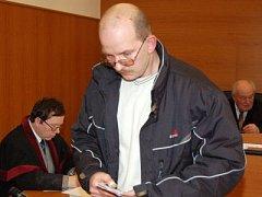 Pohled upřený k zemi měl téměř po celé soudní jednání Dušan Strnad, kterého soud nepravomocně poslal za znásilnění 81leté stařenky na dva roky do vězení.