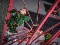 Lidé nosí před sušický klub svíčky a květiny