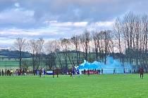 DUEL DVOU RIVALŮ přilákal do Hrádku několik stovek fanoušků, kteří vytvořili hráčům obou týmů vskutku nevšední atmosféru. Nechyběly ani barevné dýmovnice.