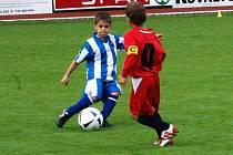 Žáci Sušice B (červené dresy) vyhráli první zápas nad Domažlicemi 2:1.