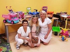 Předali další hračky Klatovské nemocnici.