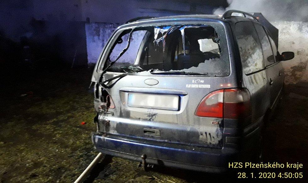 Úmyslně zapálená auta Ve Velkém Boru.