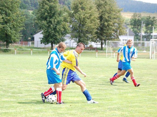V prvním přátelském zápase letní přípravy prohráli  fotbalisté Mochtína (vpravo Roman Troch) se soupeřem z Blovic 0:1.