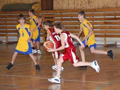 Výhody domácího prostředí využili mladší minižáci Klatov (červené dresy) v dalším dvojkole krajského basketbalového přeboru, když porazili Rokycany  50:46 a 59:52