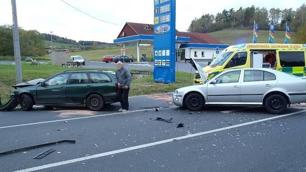 Střet dvou aut u Běšin, při němž se zranili dva muži.