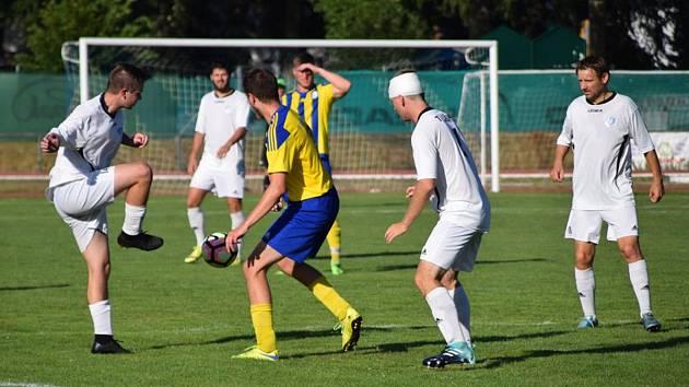 Fotbalisté Sušice (na archivním snímku hráči v bílých dresech) nestačili na německý Zwiesel.